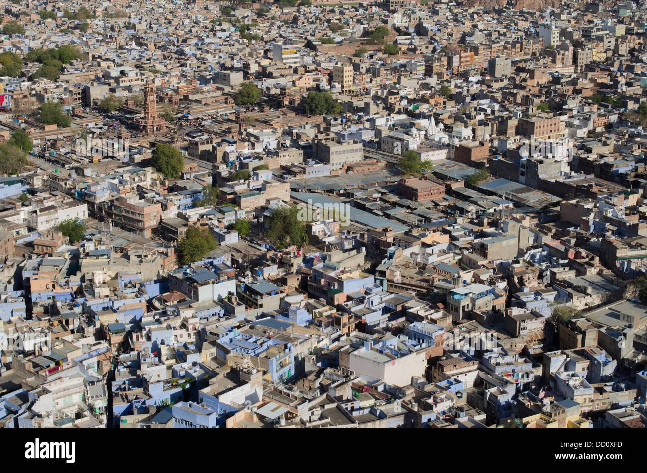 Vue aérienne de la ville bleue, Jodhpur, Inde Rajashtan. Sardar Market tour de l'horloge en haut à gauche de l'image. Banque D'Images