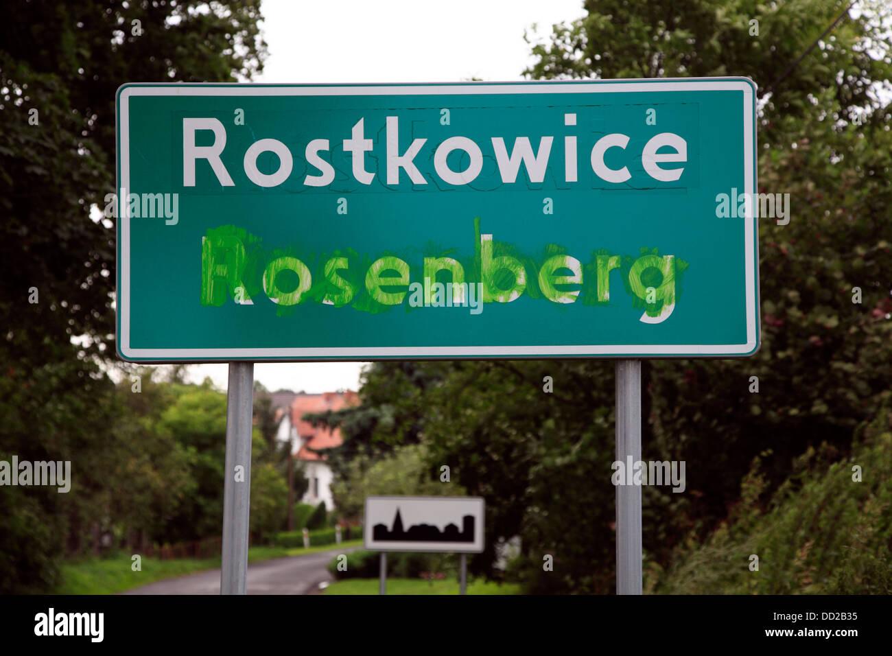 Polonais bilingue - Français ville signe, Rostkowice, Opole, Silésie, Pologne Photo Stock