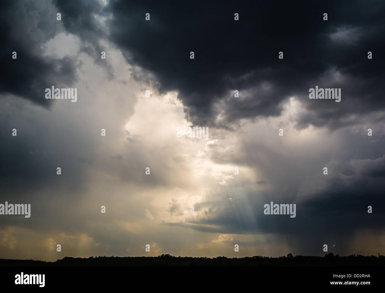 Les nuages orageux et volant Photo Stock