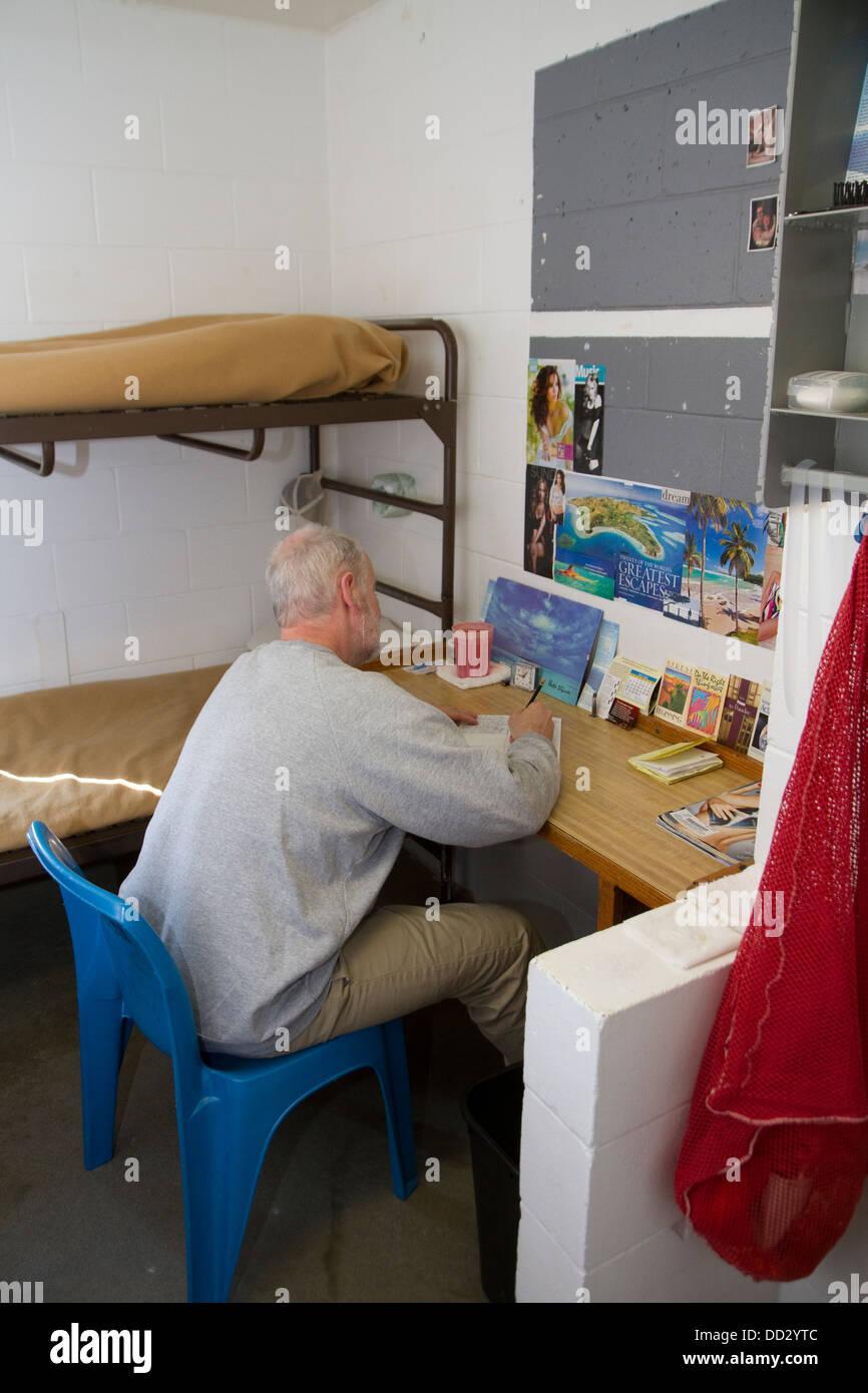 Seul détenu en cellule d'écrire une lettre. Le placement à l'extérieur, la prison à Photo Stock