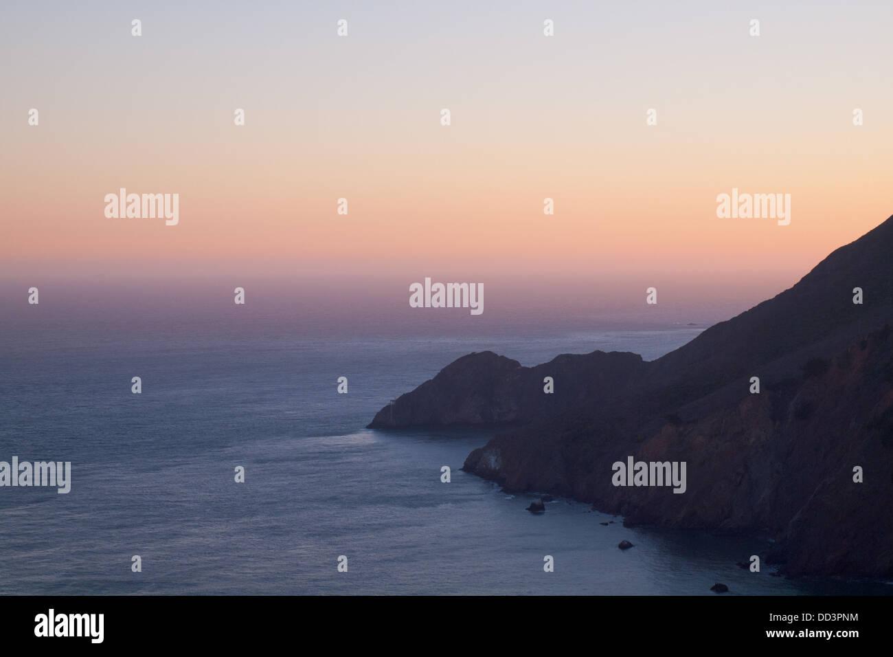 La silhouette d'une vue sur les Marin Headlands, Californie, et l'océan Pacifique juste après Photo Stock