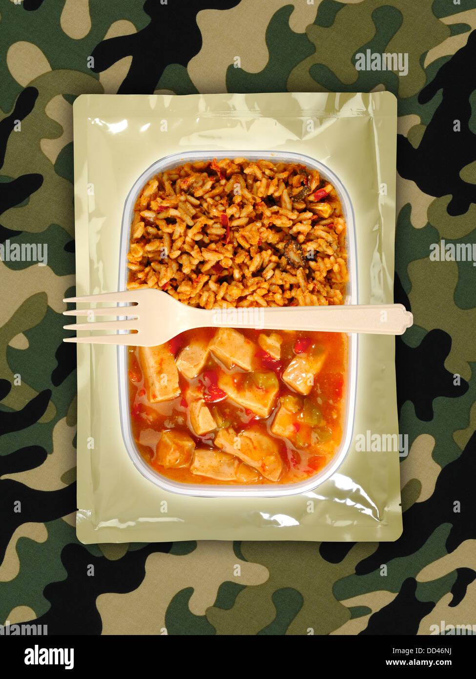 Des rations alimentaires militaires ou MRE repas prêt à manger sur un fond camouflé. Ouvrir les paquets Photo Stock
