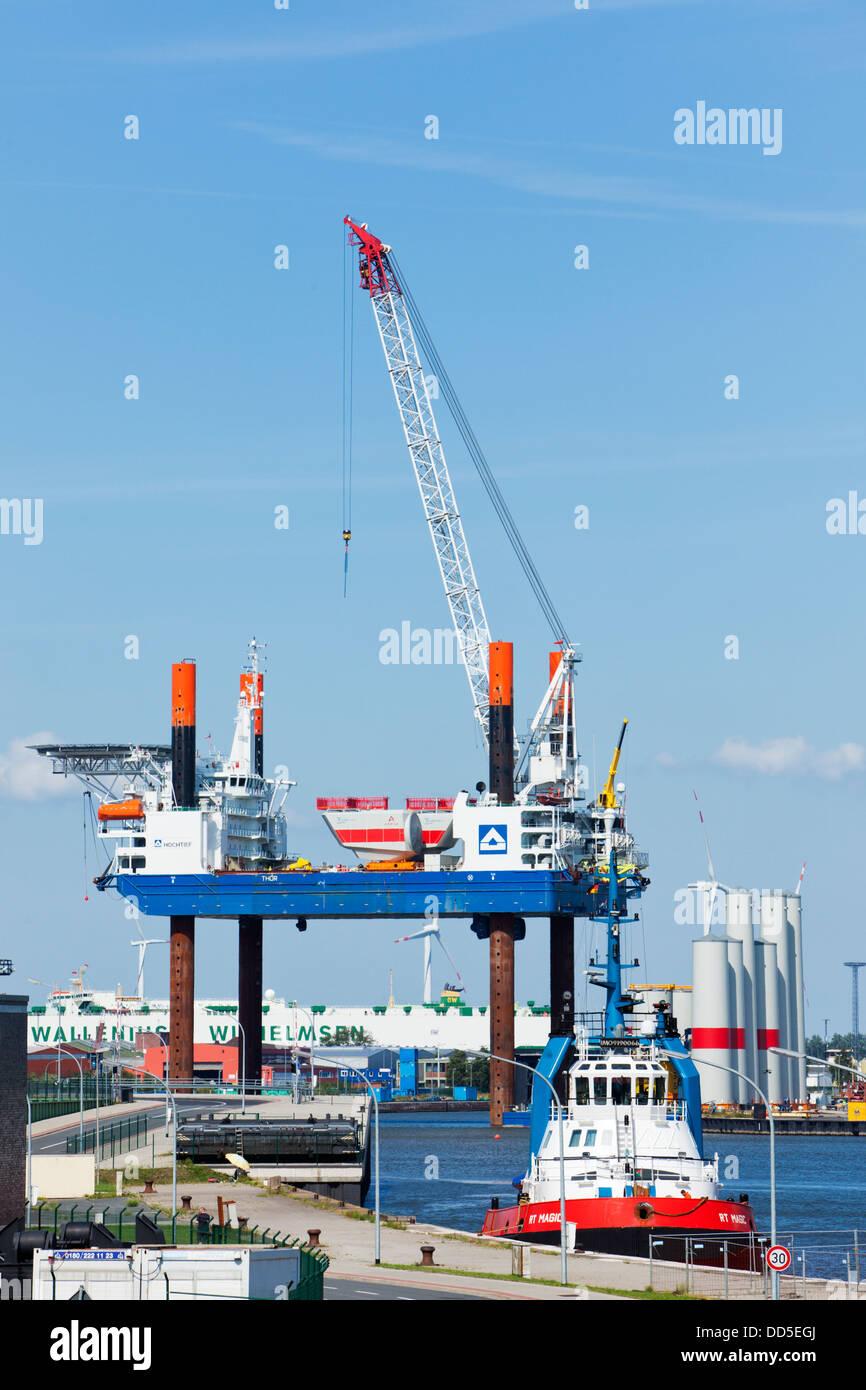 La construction plate-forme 'Thor' pour l'énergie éolienne offshore plants qui sont chargées Photo Stock