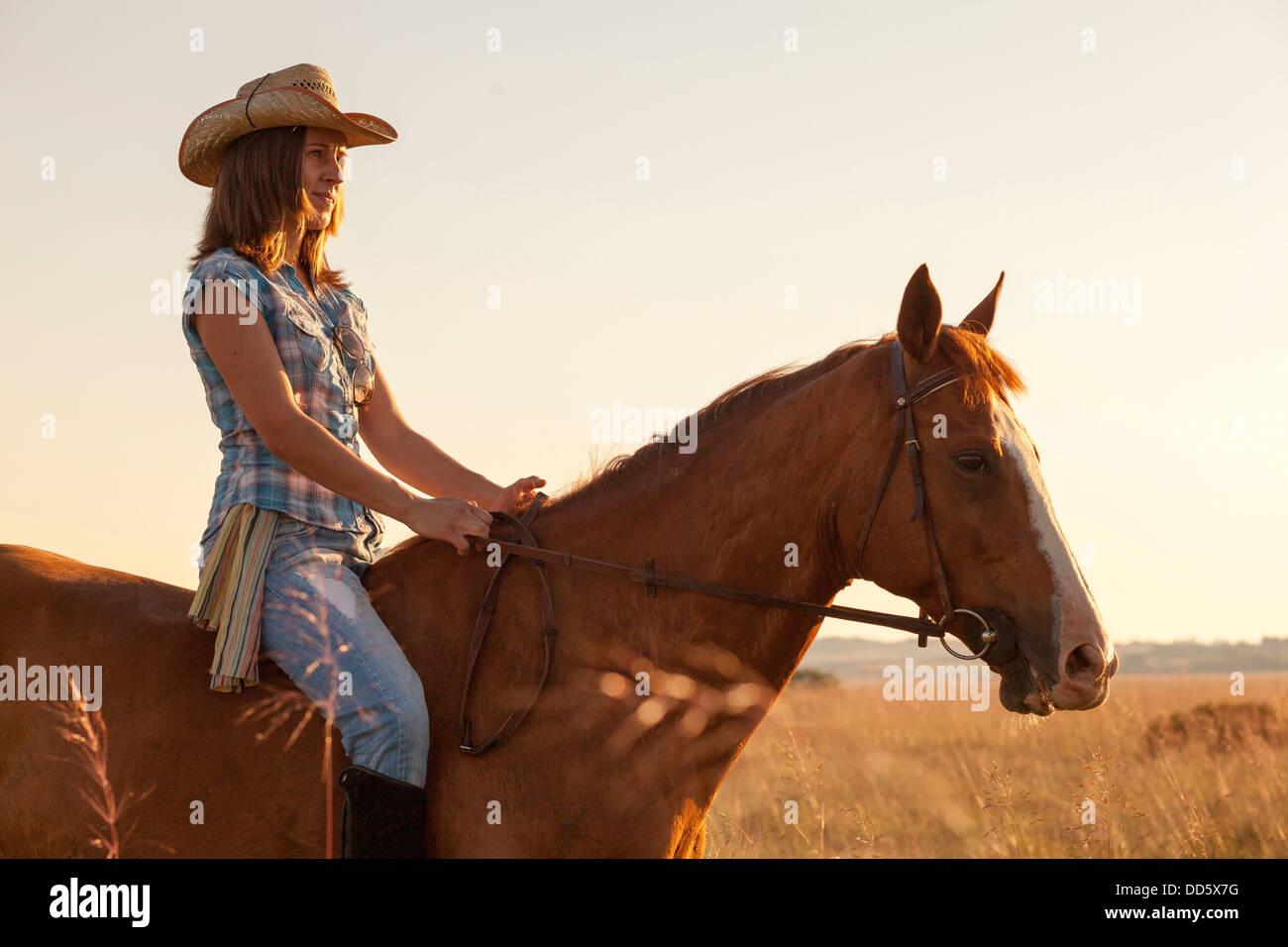 La Croatie, Dalmatie, jeune femme l'équitation Photo Stock