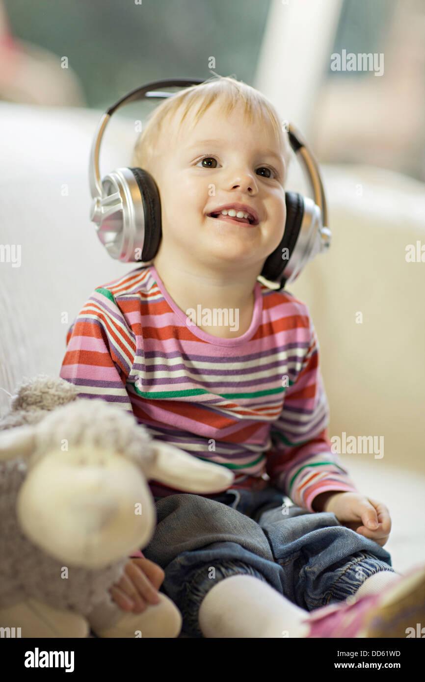 Bébé garçon écoute de la musique portant des écouteurs, Osijek, Croatie, Europe Photo Stock