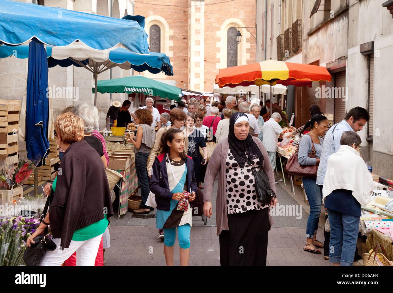 Une famille musulmane shopping dans un marché français, Ste Liverade sur Lot, Lot et Garonne, France Europe Photo Stock