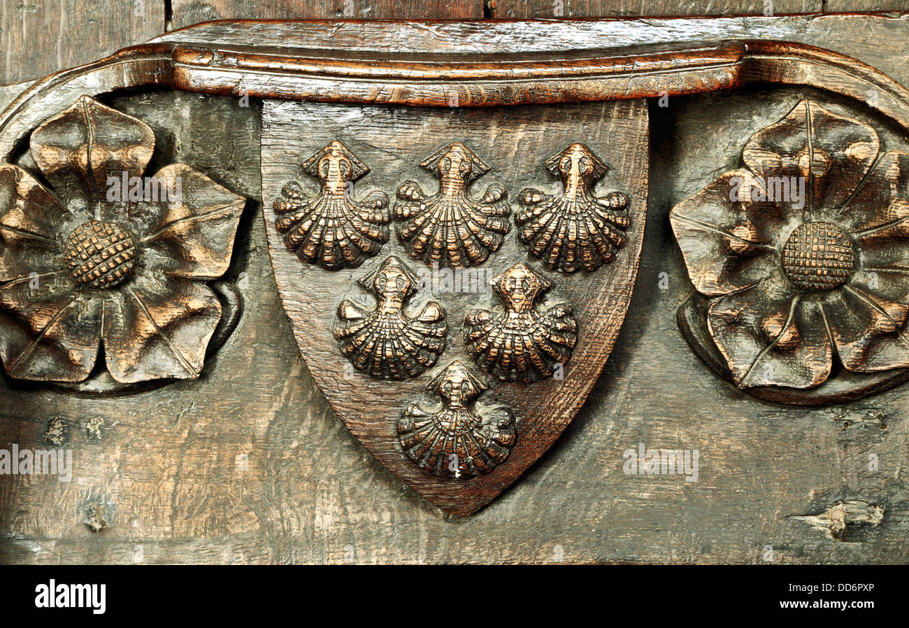 Misericord, Robert de balances, armoiries, Saint Margaret's Church, Kings Lynn, Norfolk, Angleterre, pétoncles Photo Stock