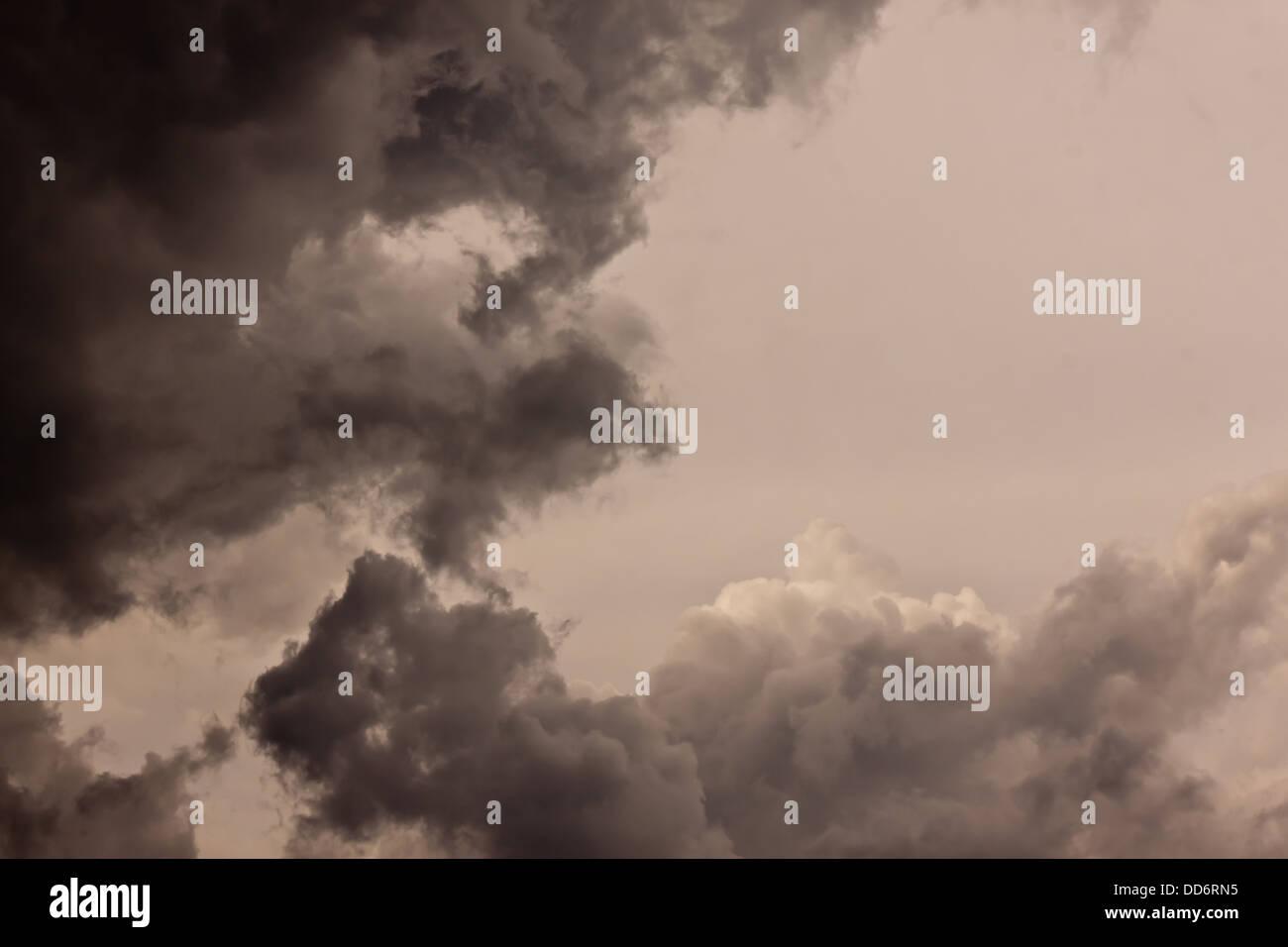 Nuage sombre dans la journée de pluie Photo Stock