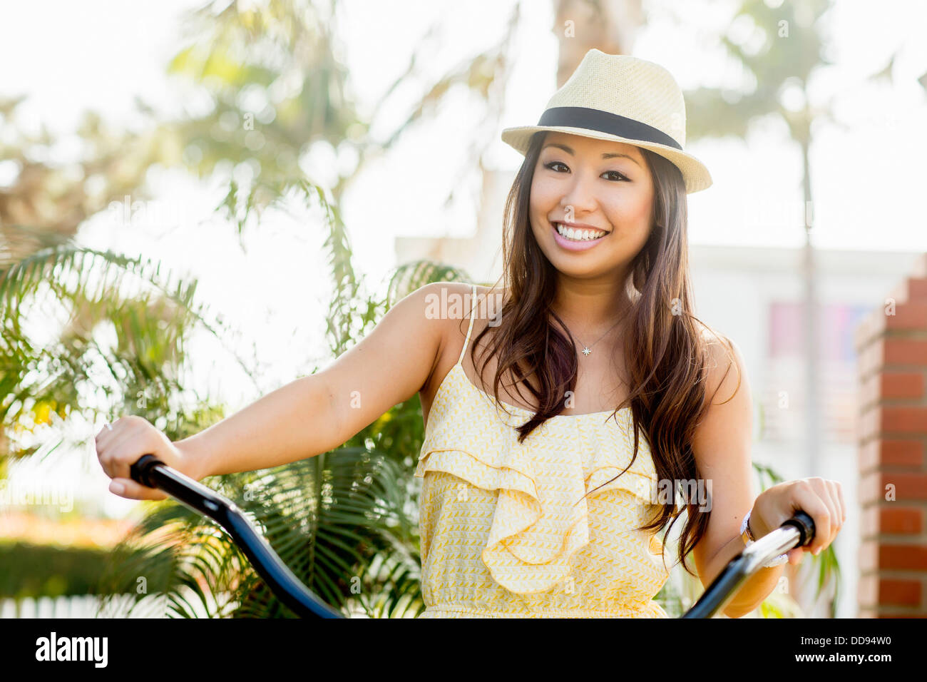 Mixed Race woman riding bicycle Banque D'Images