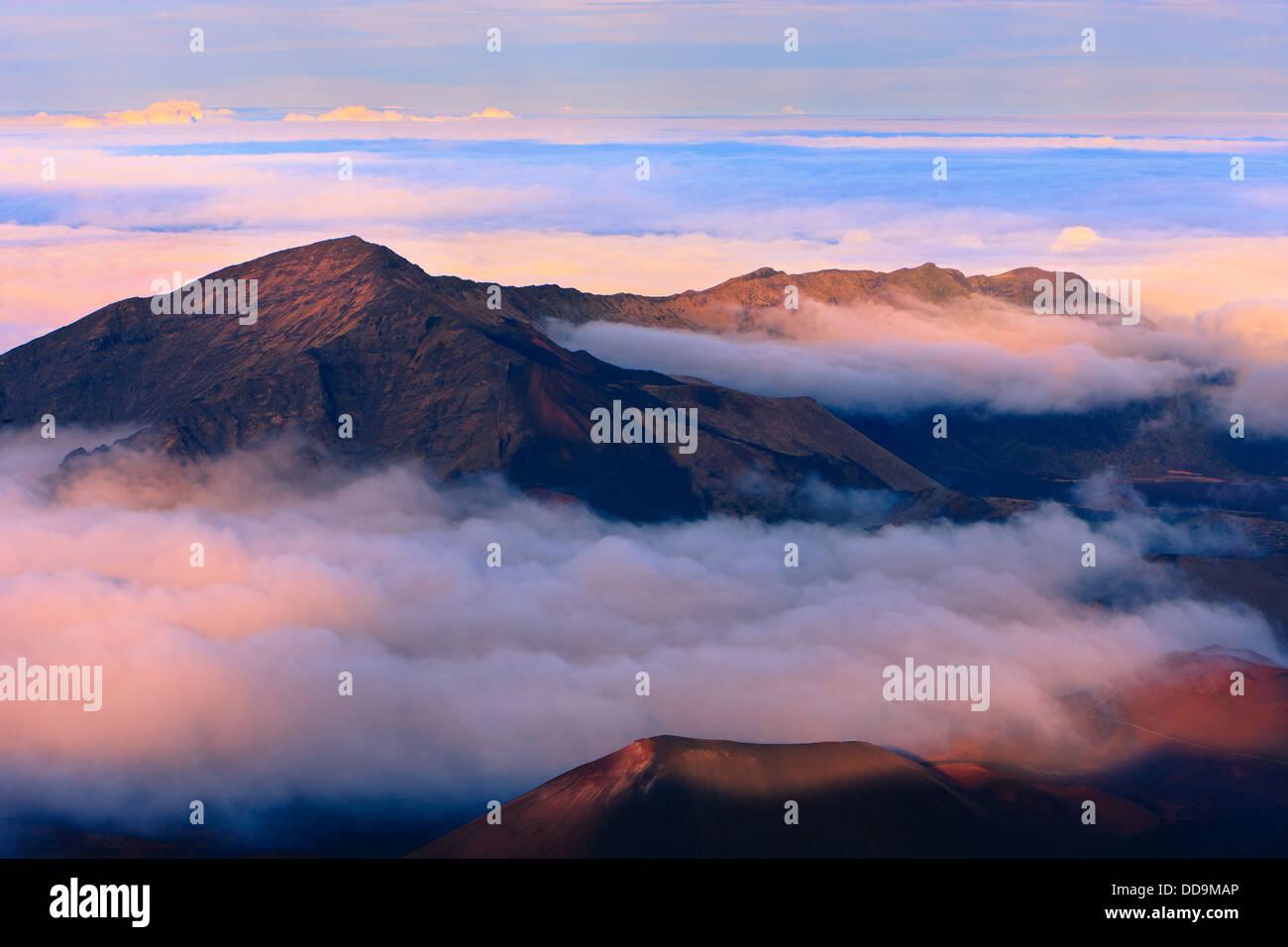 Coucher du soleil au-dessus des nuages plus de 3000 mètres au Volcan Haleakala, Maui, Hawaii Photo Stock