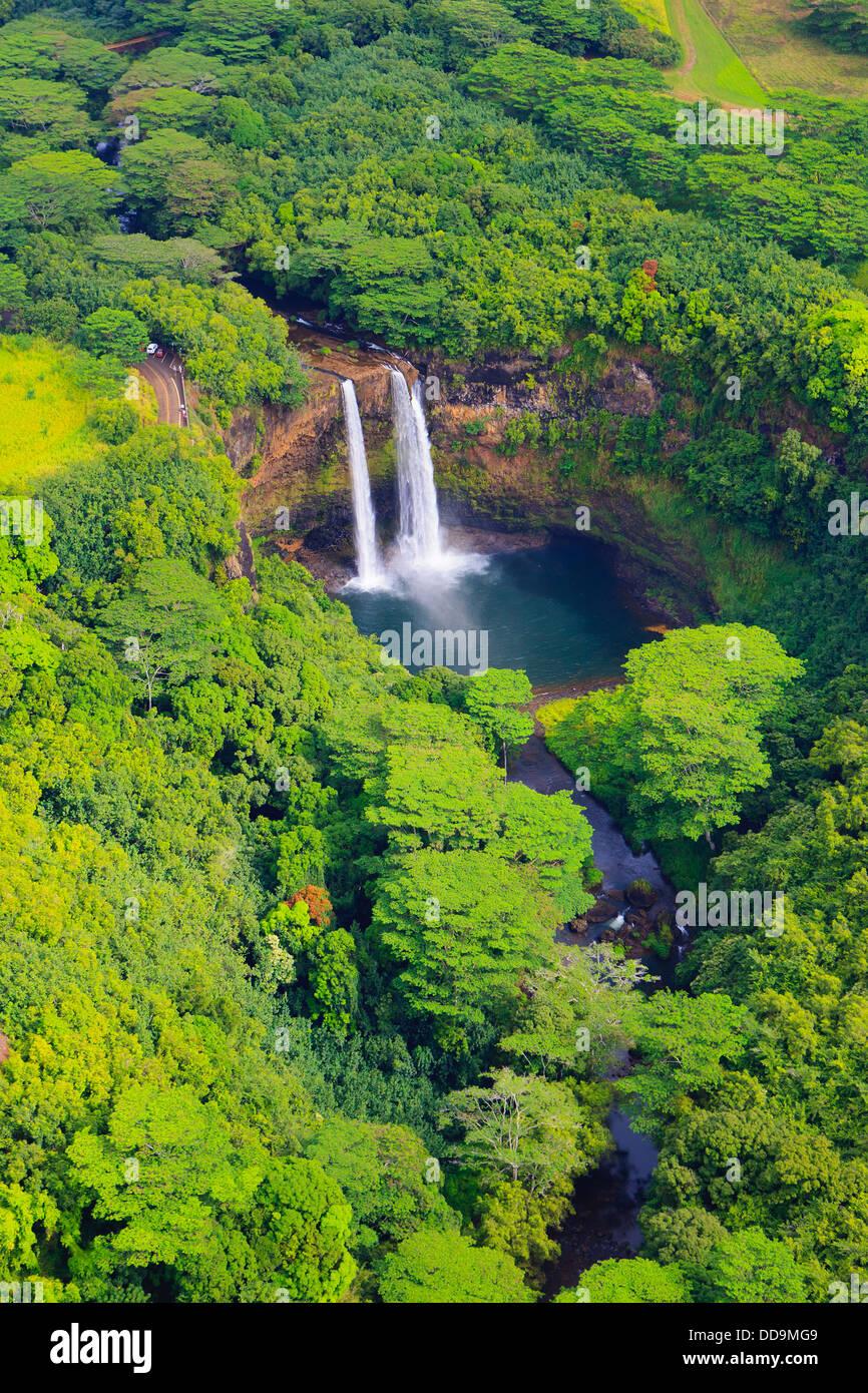 Vue d'hélicoptère sur le Wailua Falls. Kauai, Hawaii Photo Stock