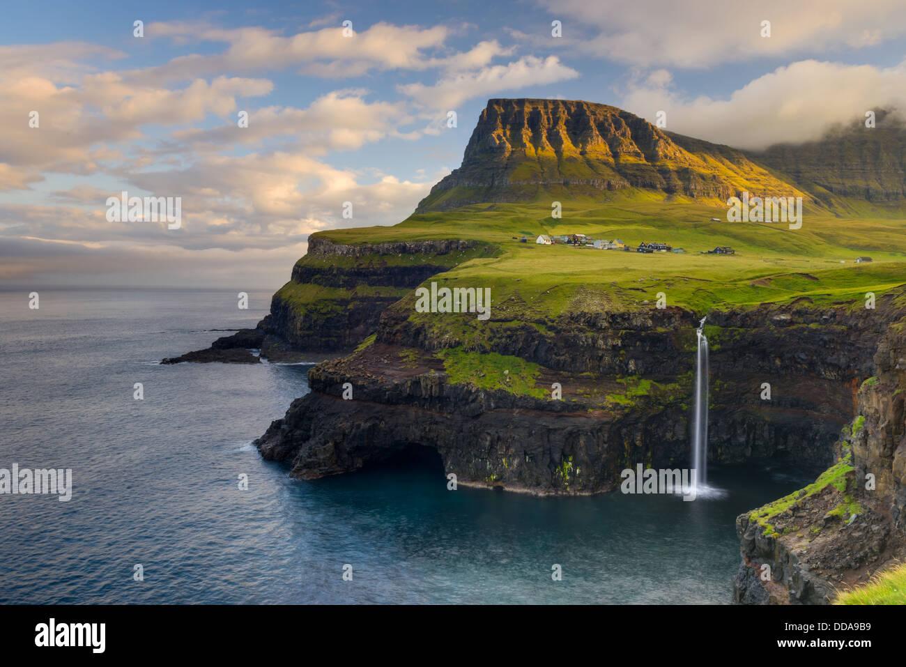 Gásadalur, sur le côté ouest de Pigalle dans les îles Féroé, avec vue sur Mykines Photo Stock