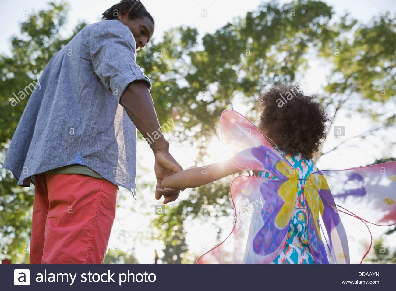 Père et fille holding hands at park Photo Stock