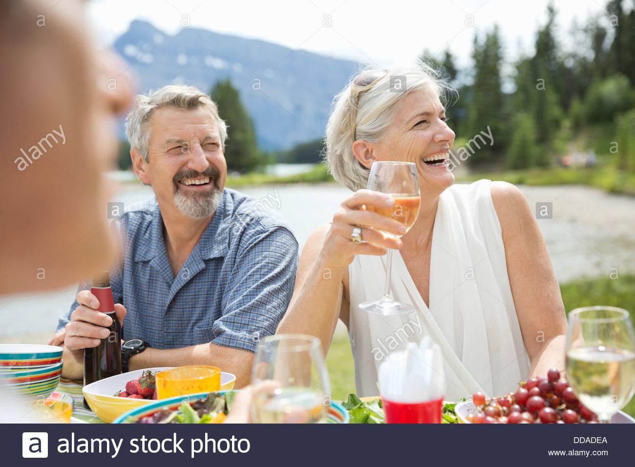 Heureux couple having drinks outdoors Photo Stock