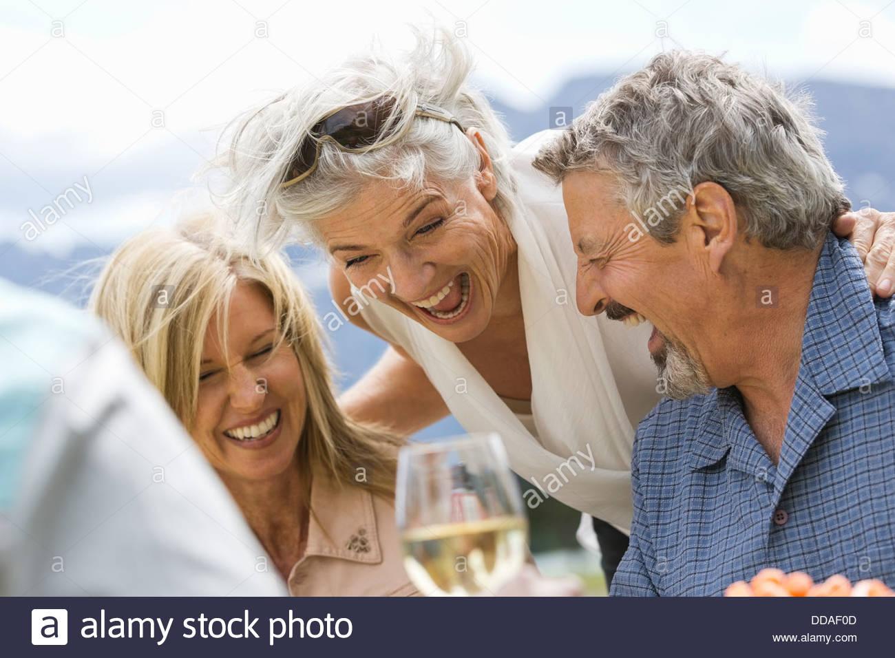 Les amis s'amusant à un pique-nique en plein air Photo Stock