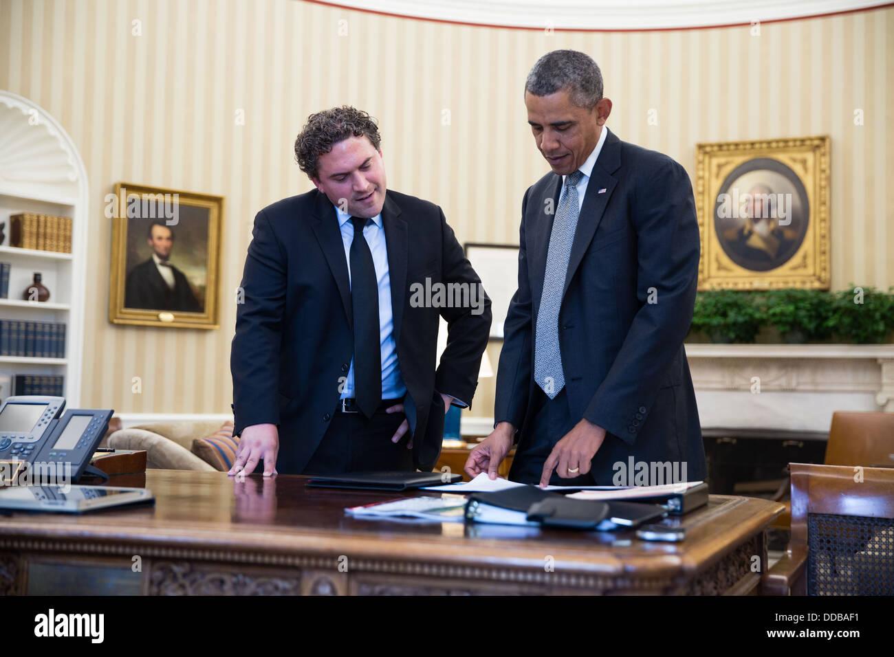 Le pr sident am ricain barack obama parle avec le directeur de r daction de cody keenan dans le - Bureau president americain ...