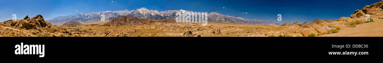 Panorama de l'est de la Sierra Nevada de l'Alabama Hills avec Lone Pine Peak et le Mont Whitney, Californie, Photo Stock