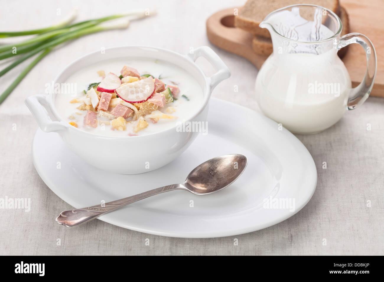 Soupe froide le kéfir avec des oeufs et des saucisses Photo Stock