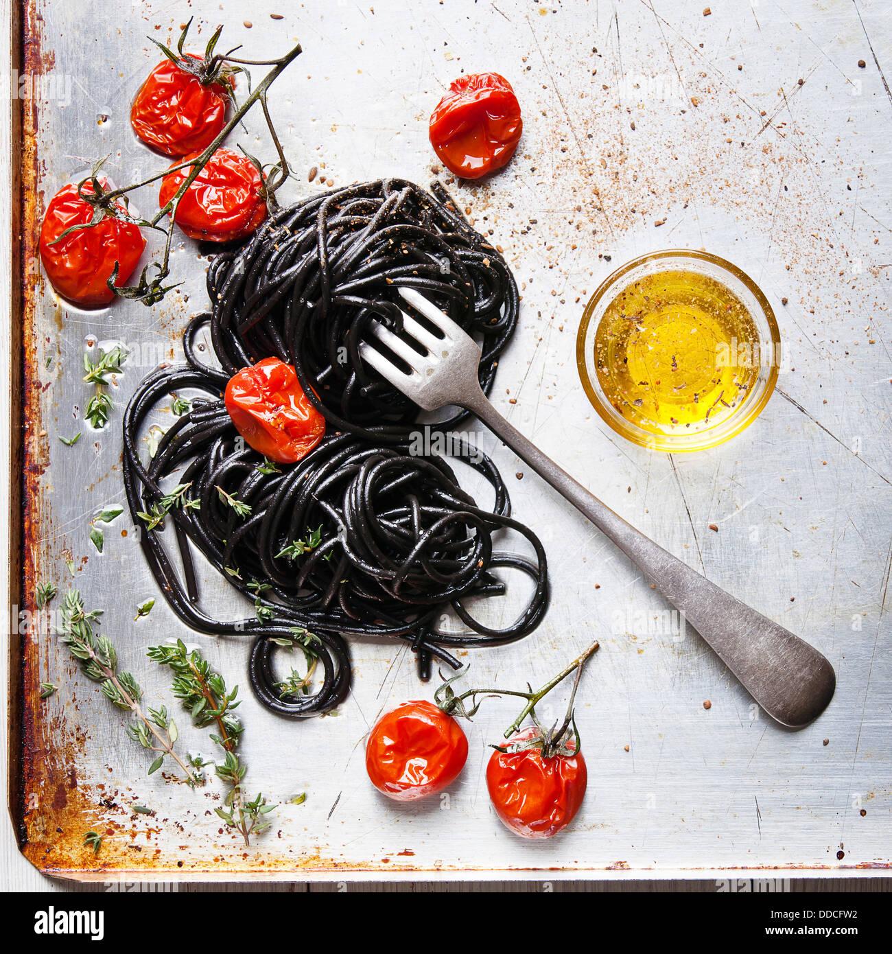 Spaghetti à la sauce tomate noire Photo Stock