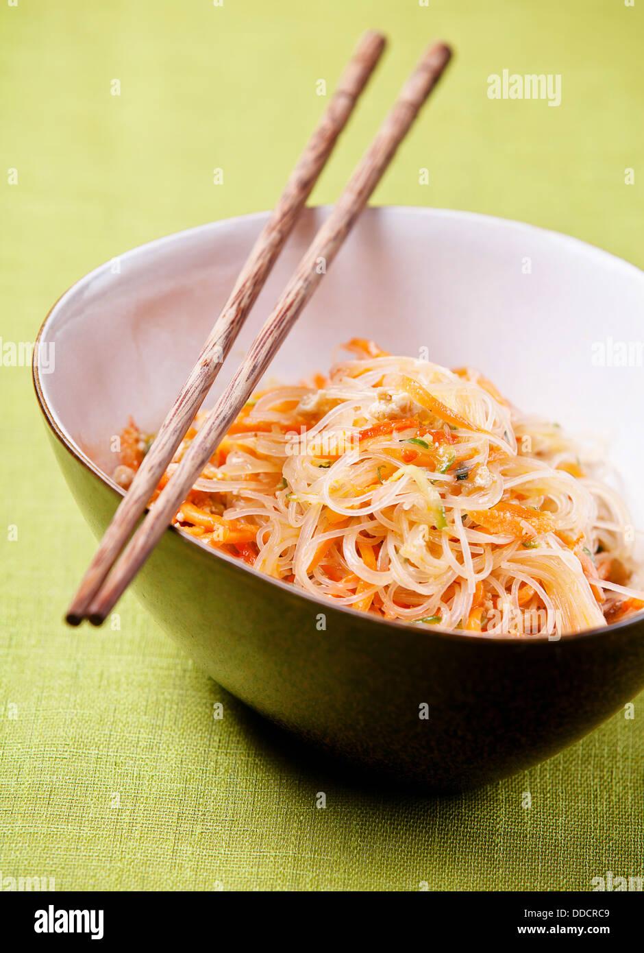Salade asiatique avec des nouilles cellophane et légumes Photo Stock