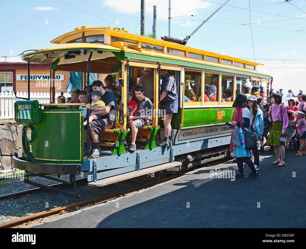Les familles à bord d'un tram vintage au Ferrymead Heritage Park et musée, Christchurch, Canterbury, île du Sud, Nouvelle-Zélande. Banque D'Images