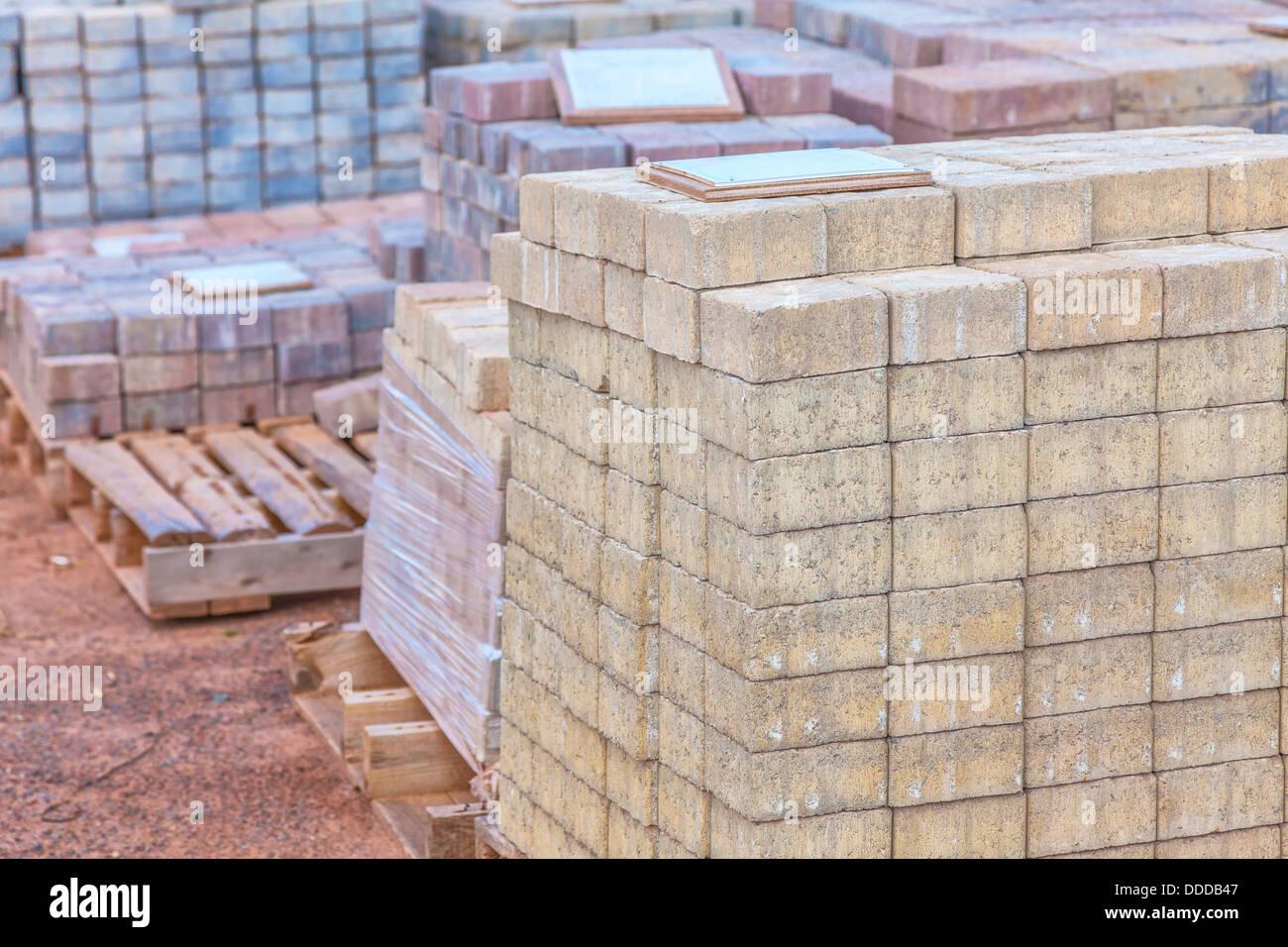 des piles de pavés de béton de couleur différents (pavé) ou blocs de