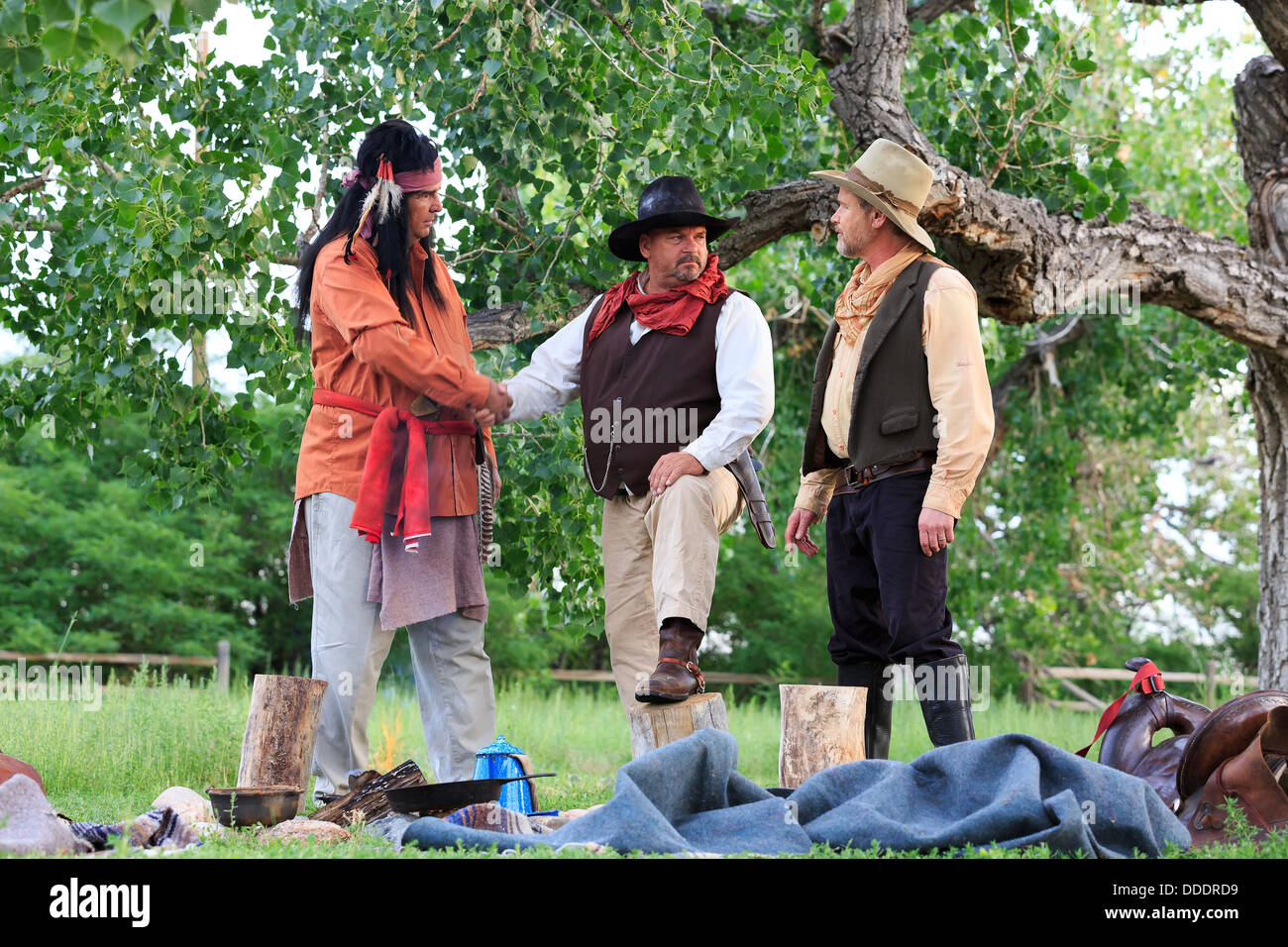 Cowboys et Indiens d'un accord sur les plans sur un feu de petit-déjeuner Photo Stock
