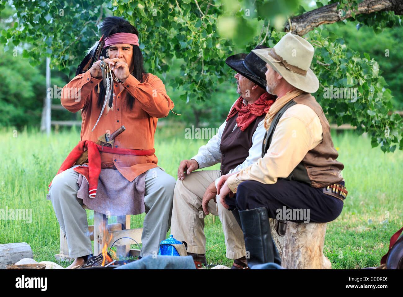 Cow-boys et un Indien dans une pipe de tabac de partage Photo Stock