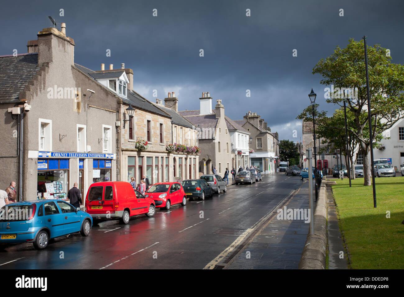 Broad Street, Kirkwall, Orkney, après une douche à effet pluie et soleil d'été. Photo Stock
