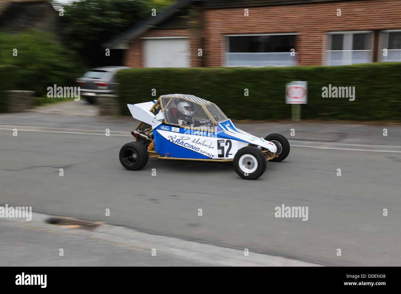 Racing buggy à grande vitesse sur route asphaltée. L'accent sur le buggy, panoramique. Banque D'Images
