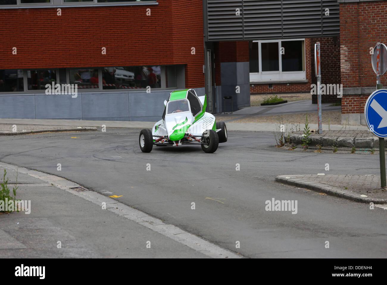 Blanc et vert racing buggy prenant une courbe sur 3 roues sur l'asphalte. L'accent sur la voiture. Banque D'Images