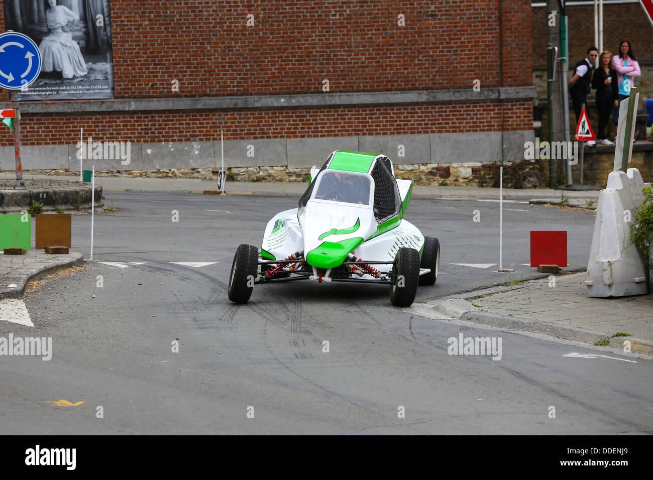 Blanc et vert racing buggy prenant une courbe sur l'asphalte. L'accent sur la voiture. Banque D'Images