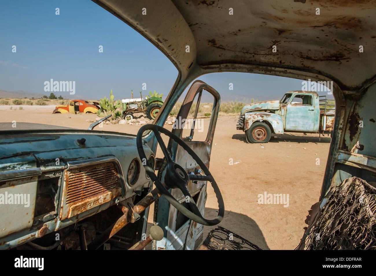 Vue depuis l'intérieur d'une voiture épave à Solitaire, Khomas region, Namibie Photo Stock