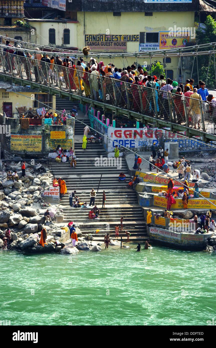 Traverser le pont des pèlerins à Rishikesh, Inde Banque D'Images