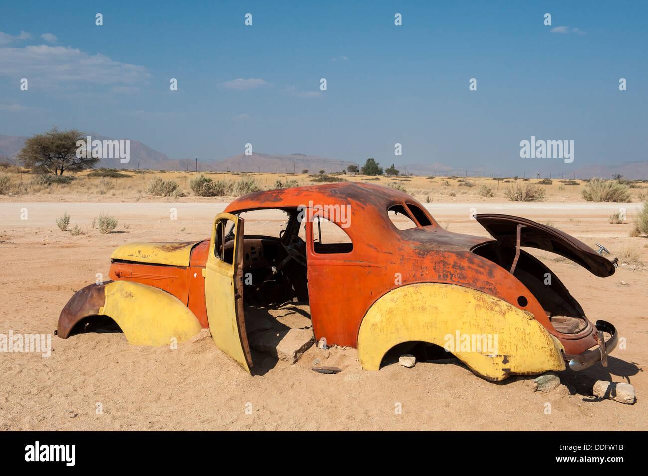 Vieille carcasse de voiture coincé dans le sable à Solitaire, Khomas region, Namibie Photo Stock