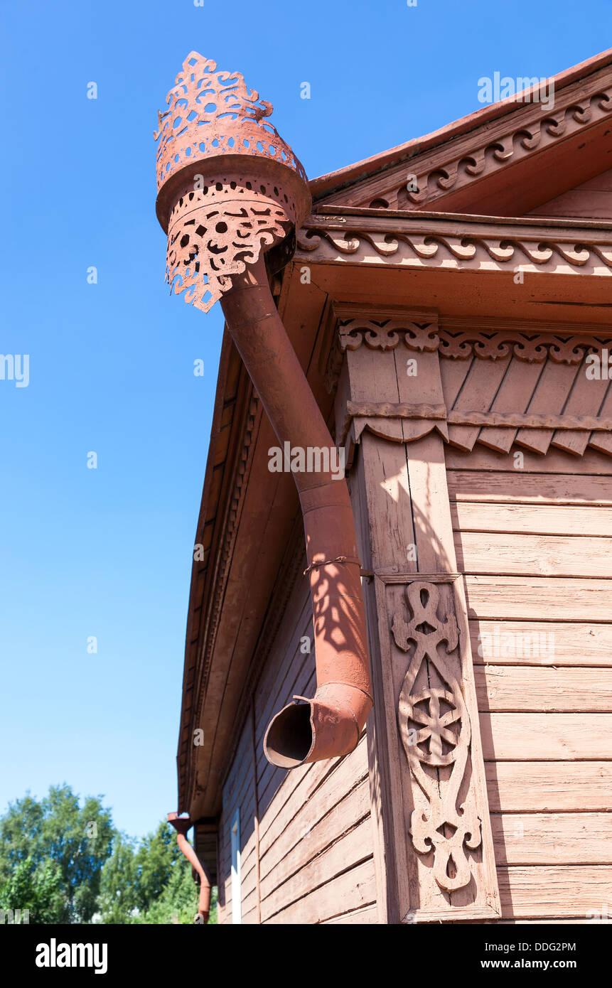L'ancienne descente d'eaux pluviales sur maison en bois Photo Stock