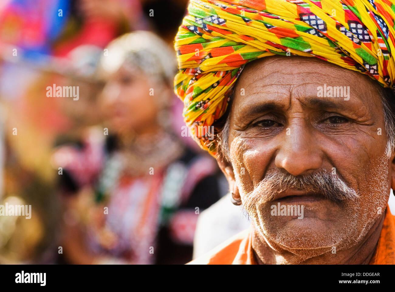 Portrait d'un homme en robe traditionnelle du Rajasthan à Surajkund Mela, Faridabad, Haryana, Inde Banque D'Images