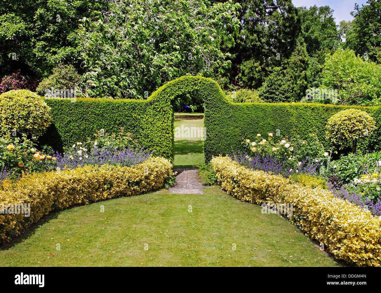 Un jardin paysager anglais au d but de l 39 t avec parterres et une arche travers une haie - Jardin paysager ...