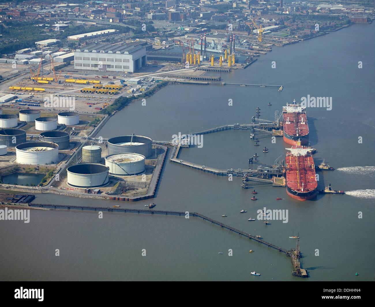 Le déchargement des pétroliers à Birkenhead sur la Mersey, Liverpool, nord-ouest de l'Angleterre, Royaume-Uni Banque D'Images