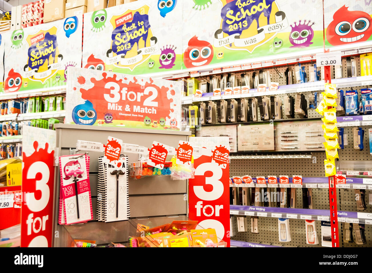 3 pour 2 retour à l'école de la papeterie à vendre dans un magasin Staples, au Royaume-Uni. Photo Stock