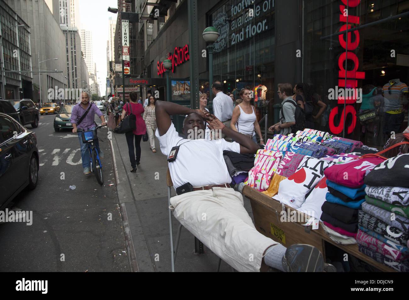 T-shirt vendeur dans une atmosphère posent près de Times Square à Manhattan, New York. Photo Stock