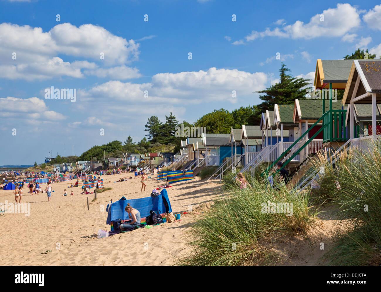 Plage animée et cabines de plage au Wells next the sea North Norfolk Coast England UK GB EU Europe Banque D'Images