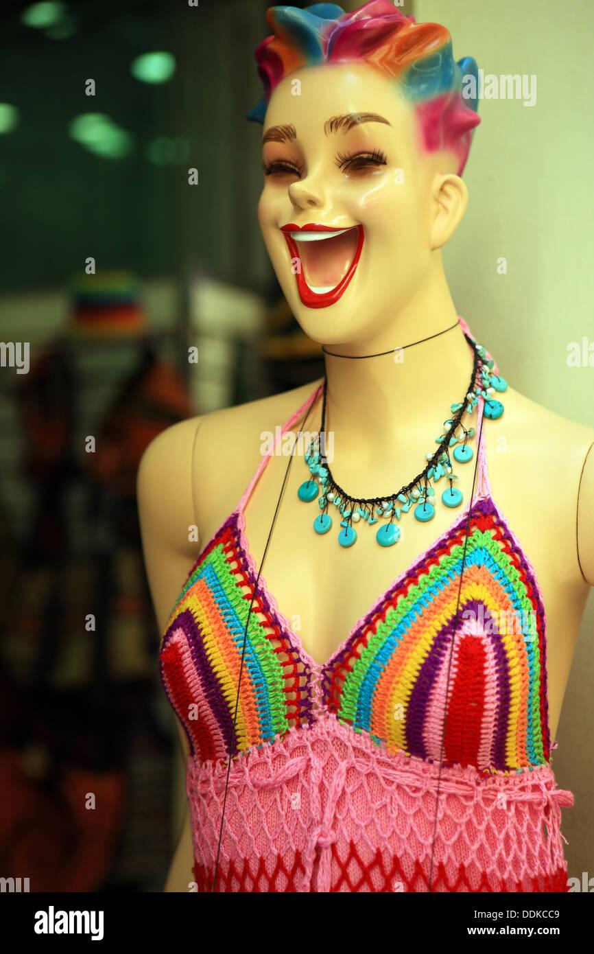 Mannequin vêtements à l'extérieur d'un magasin détaillant de vêtements en Grèce Photo Stock