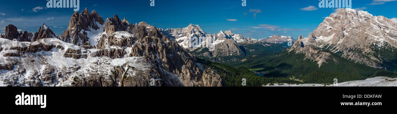 Vue panoramique des Dolomites avec le Mont Cristallo, Mont Sorapis et le lac de Misurina, Cadore, Veneto, Italie Banque D'Images