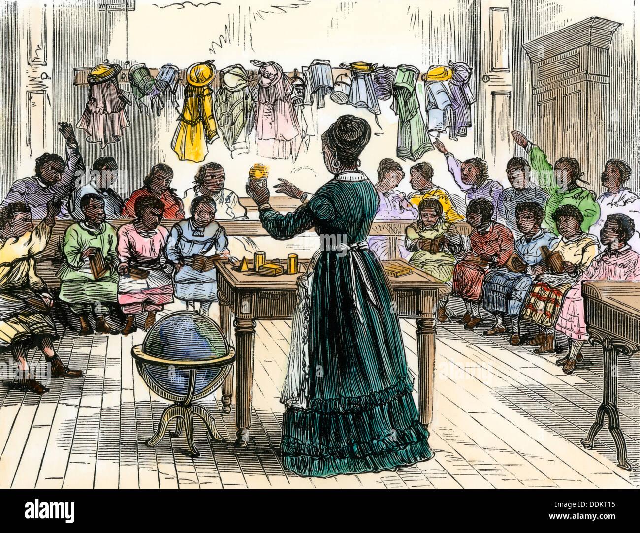 """Les objets d'enseignement aux enfants dans une """"école de couleur', New York, 1870. À la main, gravure sur bois Photo Stock"""