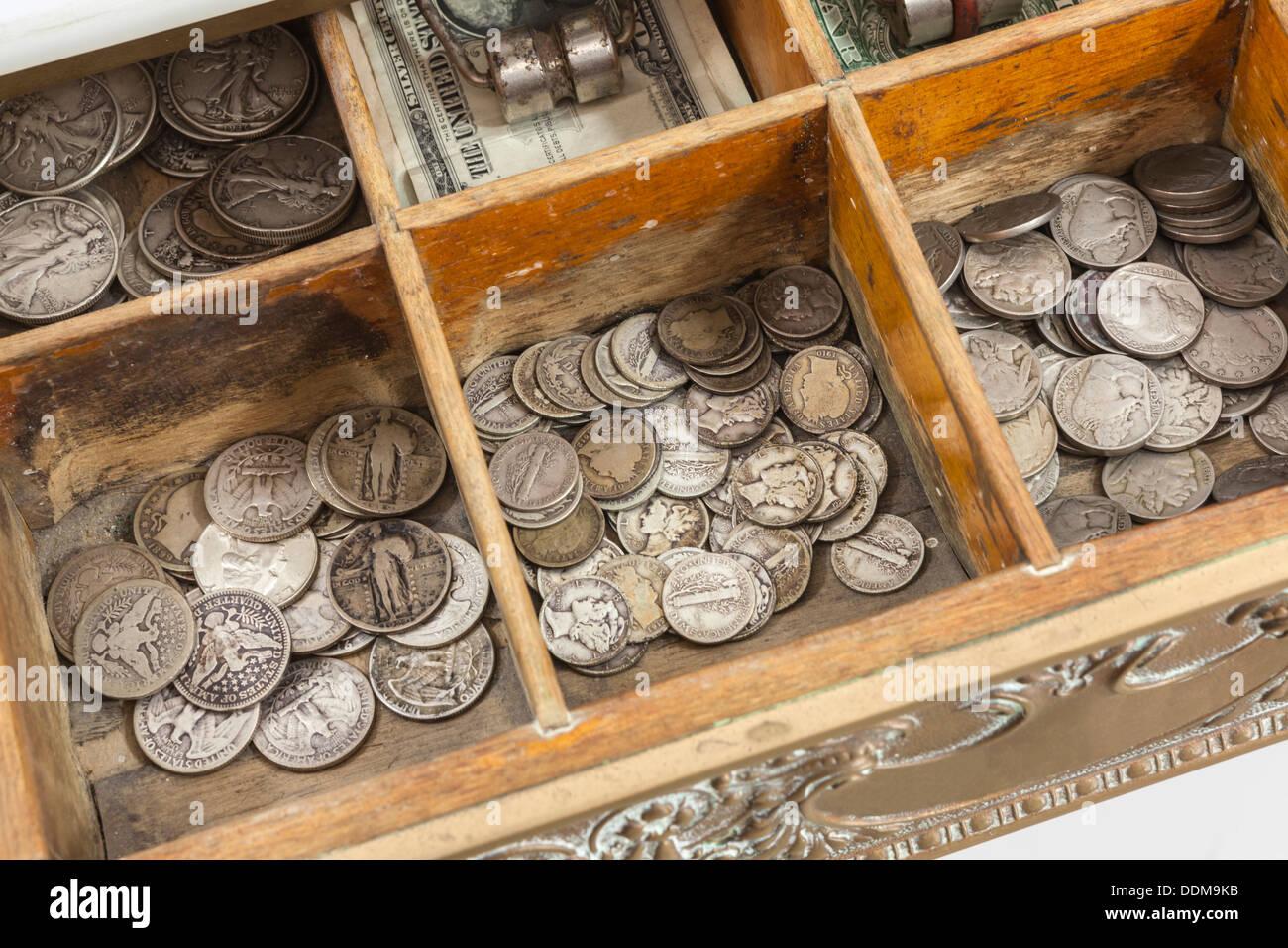 Tiroir caisse vintage de l'argent avec de vieux US coins. Photo Stock