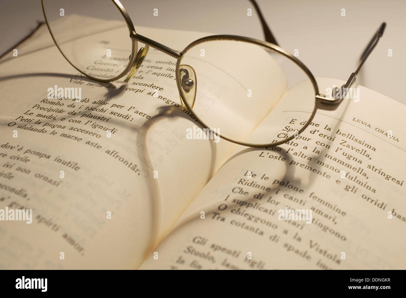 Verres sur l'amour poèmes livre Banque D'Images