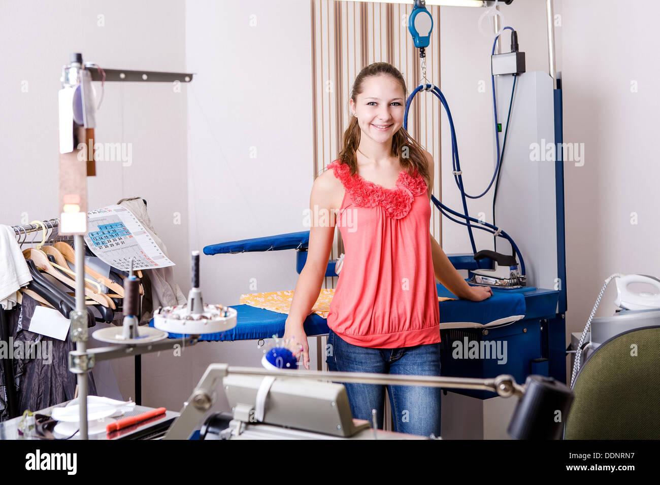 Une jeune femme couturier dans l'atelier à planche Photo Stock
