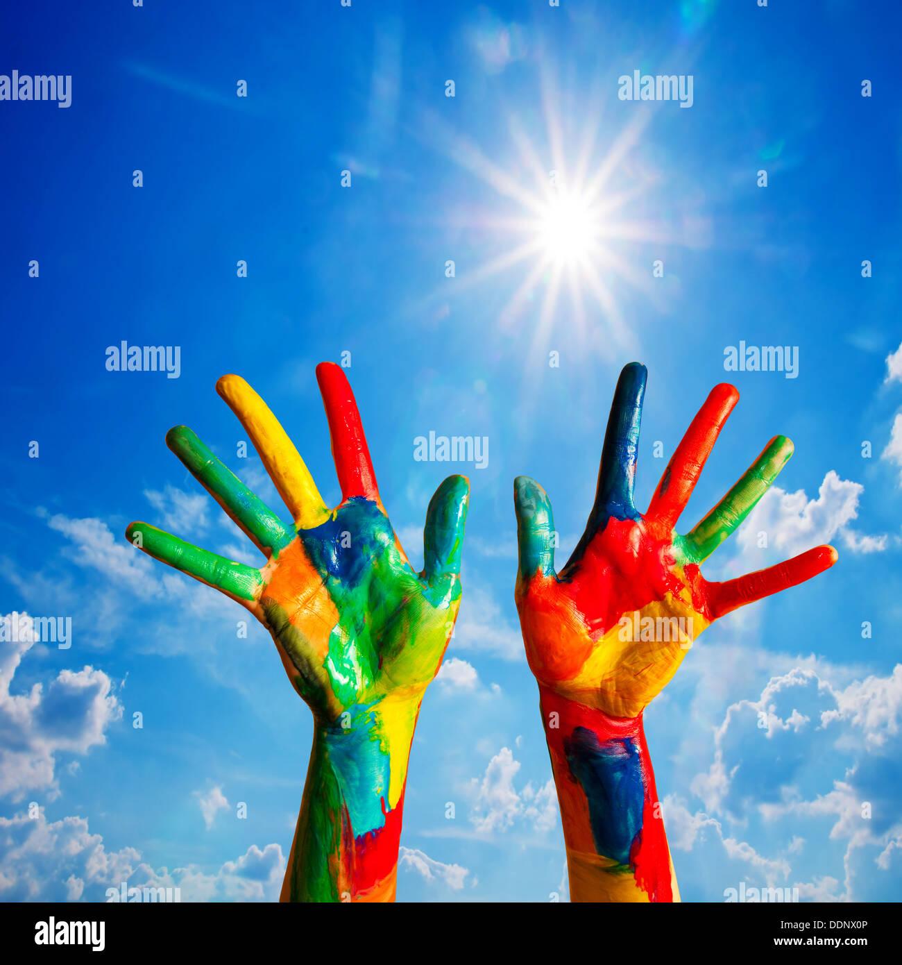 Haut les mains peintes en couleurs, fun - créativité / Bonheur / concept de diversité. Photo Stock