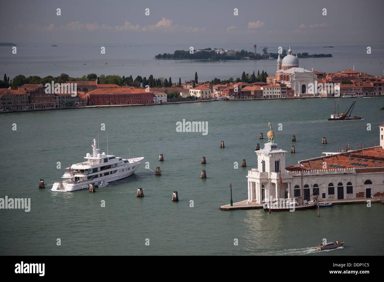 À Venise, un high angle shot sur la Basilique Sainte Marie de la santé, la pointe de la douane et de l'extrémité sud du Grand Canal. Photo Stock